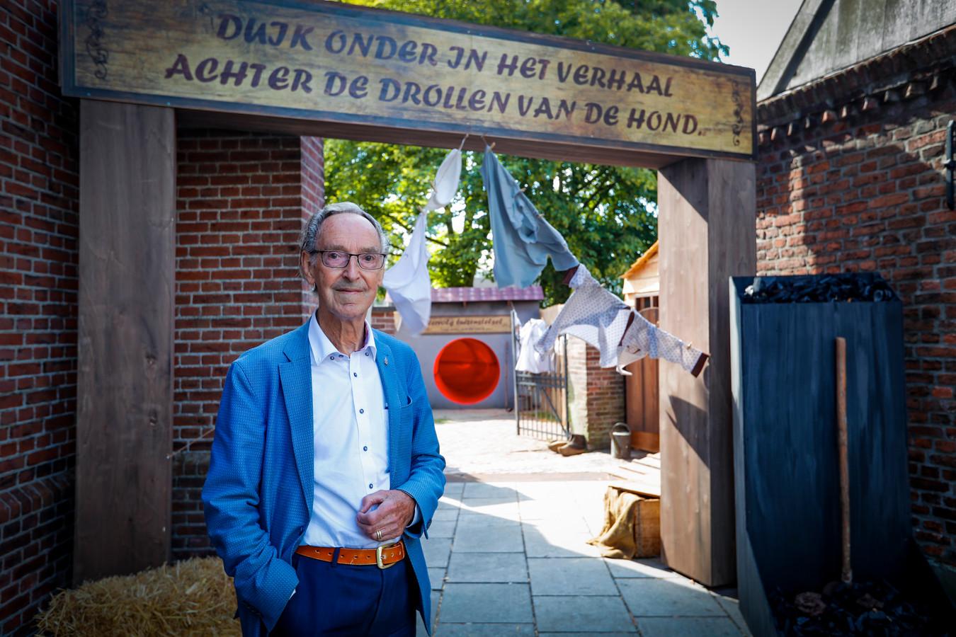 Johan Biemans vertelt in Bergeijk het verhaal 'De drollen van de hond'.