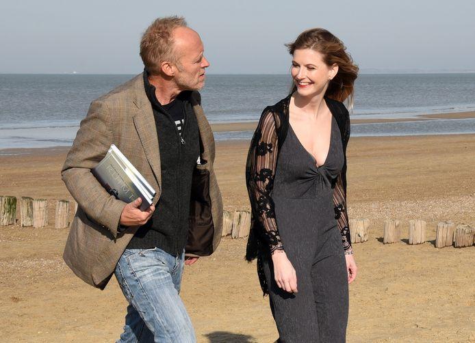 Stef Bos en Lieke Anna op het strand bij paviljoen Ruig in Cadzand-Bad.