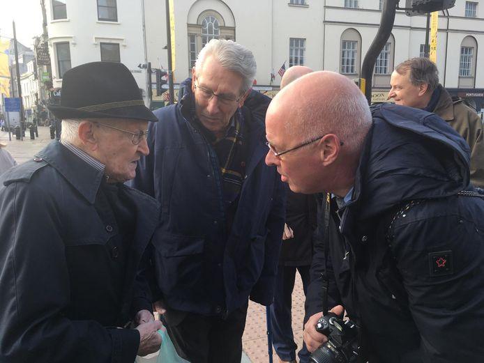 Verslaggever Bertjan Kers in  gesprek met veteraan Tony Pengelly bij het kasteel van Cardiff.