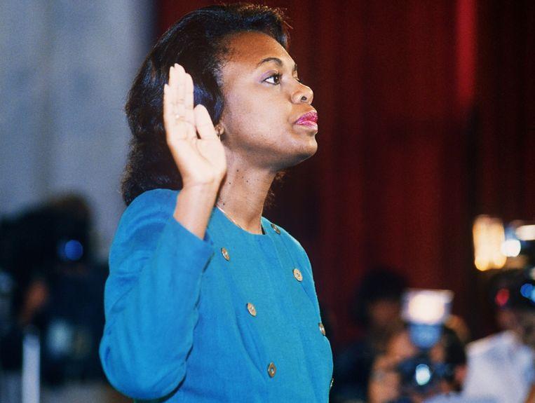 Rechtenprofessor Anita Hill zweert de waarheid te spreken voor haar getuigenis in 1991.