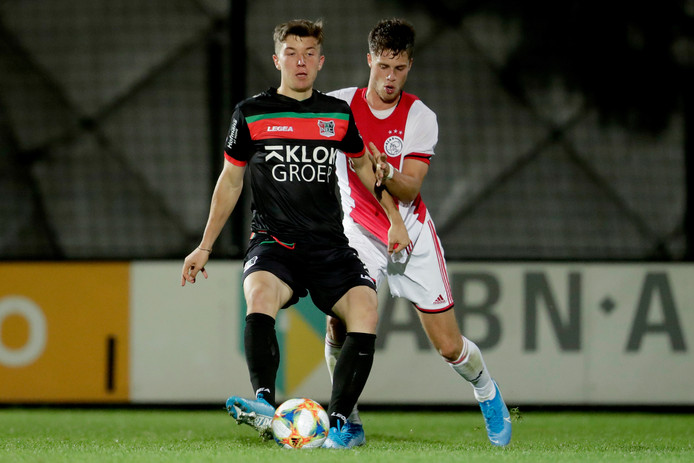 Ole Romeny houdt tegen Jong Ajax Kik Pierie van de bal.