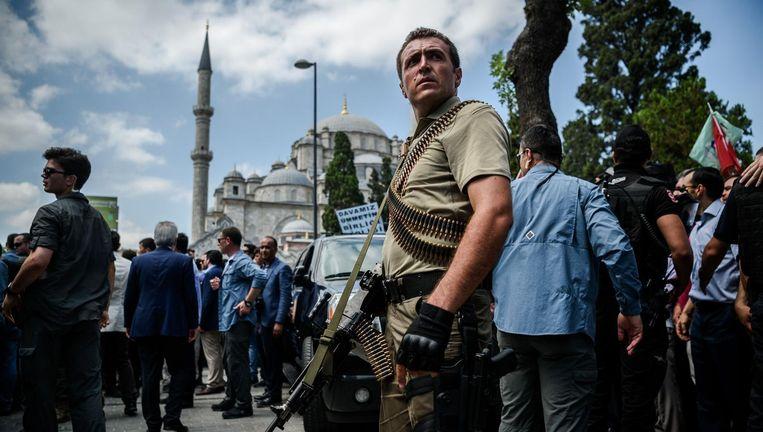 Een speciale veiligheidsagent in hartje Istanbul. Beeld afp