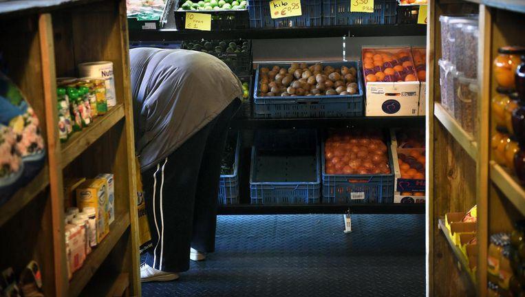 Een bezoeker in de Rotterdamse swingmarket, een speciale supermarkt voor minima. Beeld Marcel van den Bergh / de Volkskrant