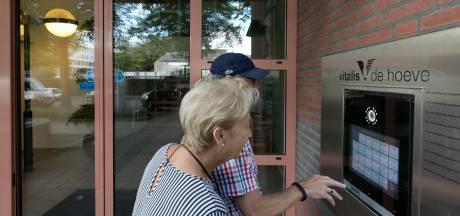 Bewoners Vitalis De Hoeve moeten een heel eind lopen voor hun bezoek. De bel doet het niet
