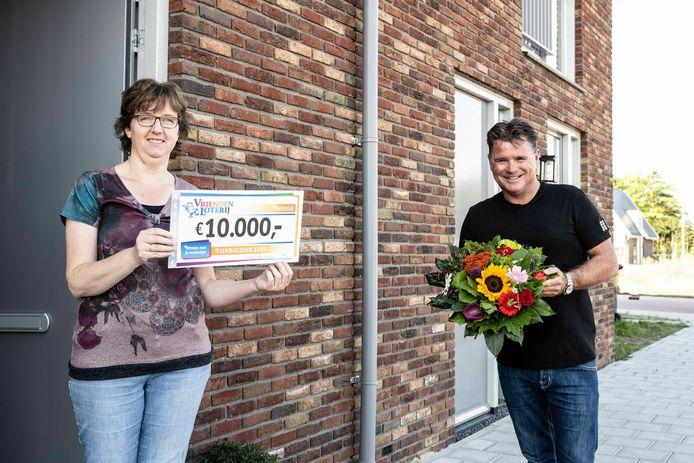 Bianca uit Boskoop ontvangt cheque van 10.000 euro van VriendenLoterij-ambassadeur Wolter Kroes.
