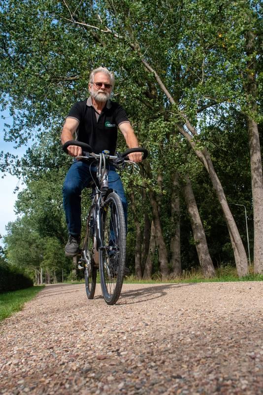 Jurwin van Manen is niet blij met het bolle, half-verharde fietspad.