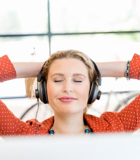Vind je het te stil zonder je kletsende collega's om je heen? Met deze tool speel je kantoorgeluiden thuis