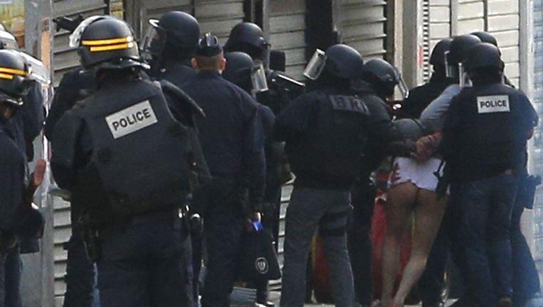 Man wordt meegenomen door een Frans arrestatieteam Beeld AP