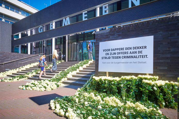 Bloemenzee voor Arie den Dekker op de trap bij de ingang van het gemeentehuis in Oss