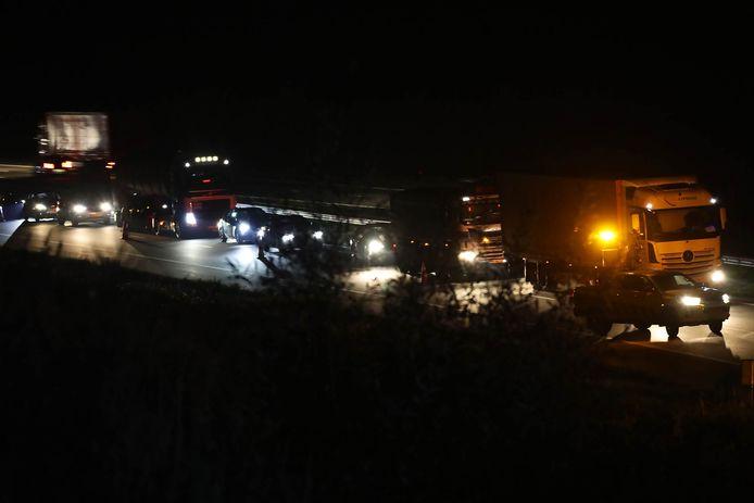 Een automobilist belandde in de sloot naast de A50 bij Ravenstein.