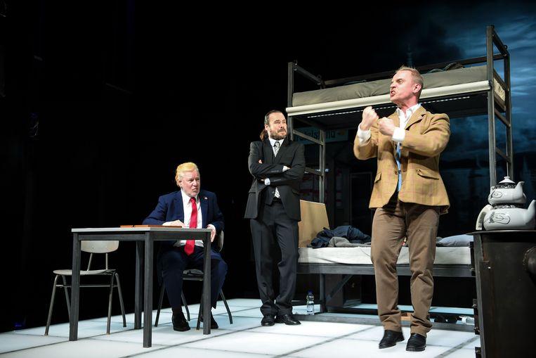 Repetitie van 'Mein Kampf':  acteurs Thomas Fritz Jung (centraal) als 'Schlomo Herzl', Peter Posniak (rechts) als Adolf Hitler en Andreas Haase  (links) als Lobkowitz, die uitgedost is als Donald Trump.