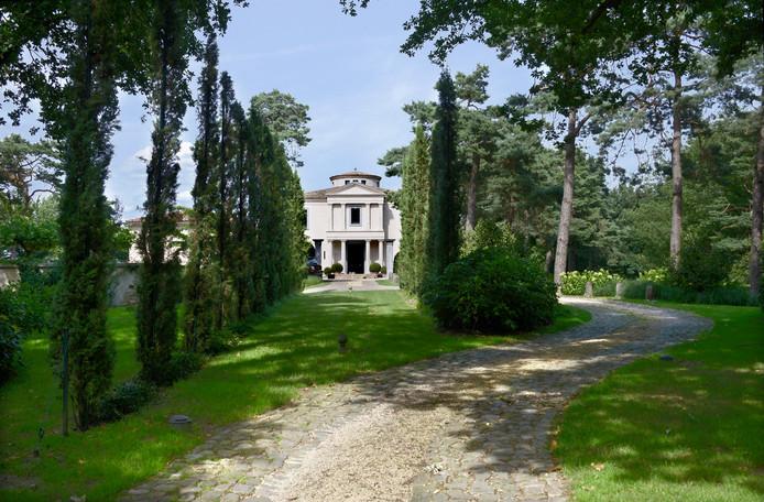 De Toscaanse villa die nu op de plek van de uitkijktoren staat.