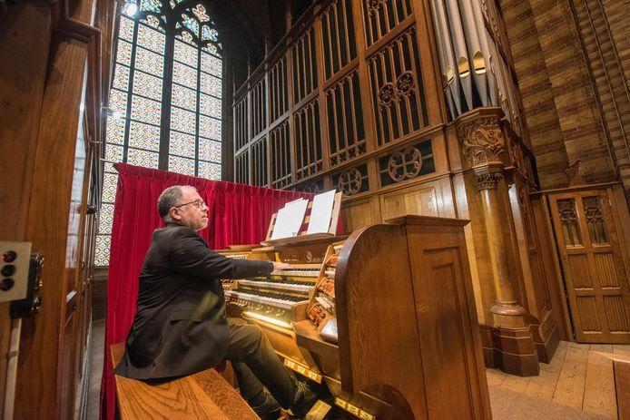 Organist Ruud Huijbregts bij de ingebruikname van het orgel van de St. Joris kerk na vijftien jaar en een grondige restauratie.
