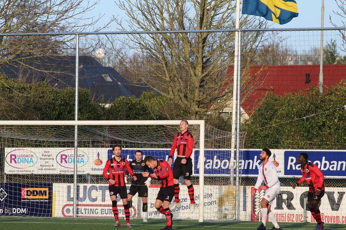 Terneuzen-verdediger Enrico van Overmeeren (midden) heerst in de lucht tijdens het met 5-1 gewonnen duel met Victoria'03. Jasper van Asten, doelman Jeremy Geensen, de bukkende Bert den Hamer en Amidu Tanko (rechts) kijken toe.