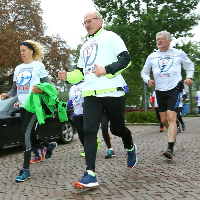Atleten van Pallas brachten vers Vrijheidsvuur in de koude nacht van maandag op dinsdag lopend van Eindhoven naar Wageningen.