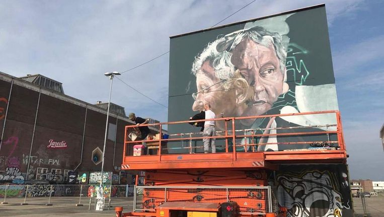 Kunstenaarsduo Telmo Miel werkte sinds woensdag aan het gigantische kunstwerk. Op dit beeld het werk in aanmaak, eerder deze week. Beeld Peter Ernst Coolen