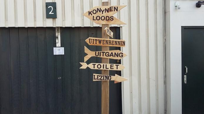 Bordjes wijzen bezoekers de weg naar onder meer de Konijnenloods en de Uitwenrennen.