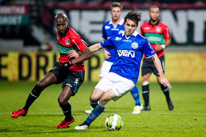 Steeven Langil in actie tegen FC Den Bosch.