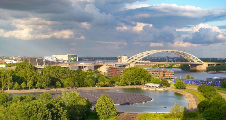 De locatie in Kralingen, Rotterdam, waar de drijvende zonnepanelen liggen. Beeld Evides.