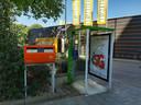 De telefooncel achter de Jumbo op winkelcentrum de Mheen naast nog zo'n klassieker: de brievenbus.