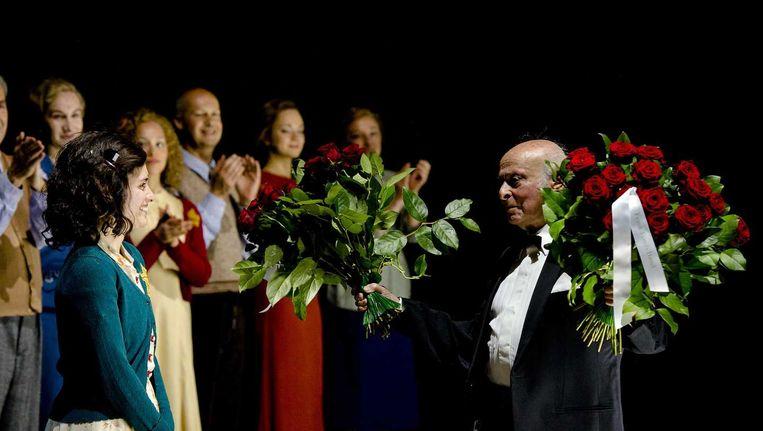 Buddy Elias, neef en het laatst levende familielid van Anne Frank bedankt de cast na de première Beeld anp