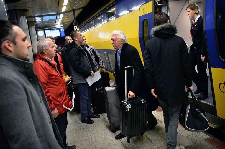 Drukte op station Schiphol, tegenwoordig Schiphol Airport. Beeld Marcel van den Bergh