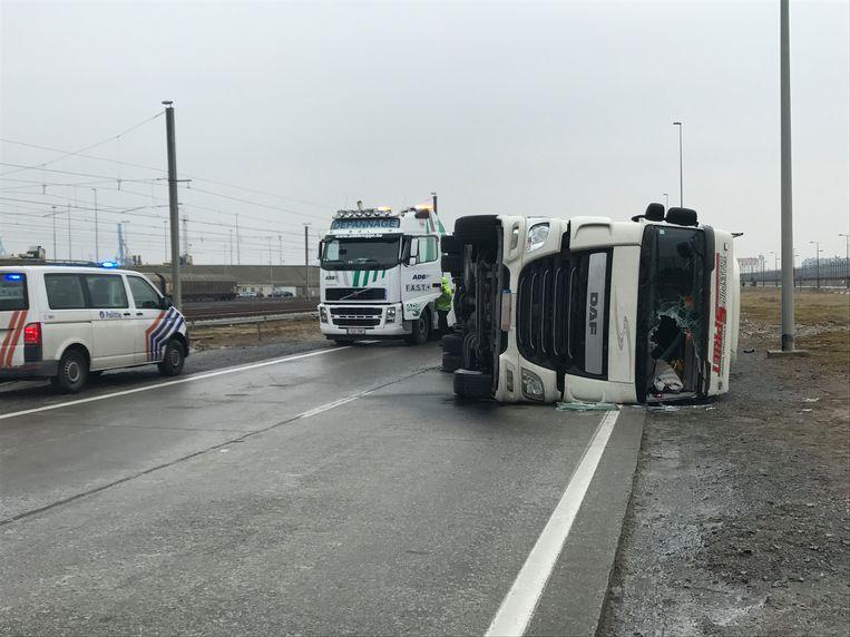 In Zeebrugge ging een trucker aan het slippen, hij belandde op zijn zijkant.