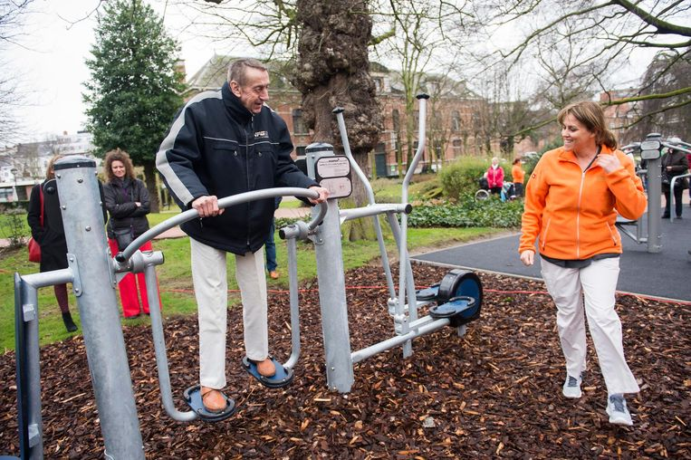 De fitnesstoestellen in de tuin van het Lozanahof werden uiteraard meteen aan een test onderworpen.