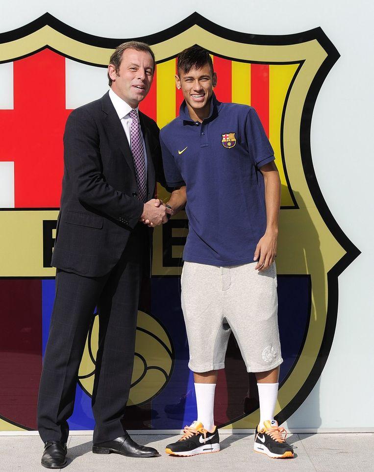 De inmiddels vertrokken voorzitter Sandro Rosell met Neymar. Beeld afp