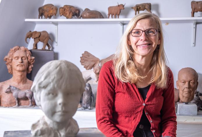 Bea Mol in haar atelier in Zwolle, waar ze van alles boetseert. Van portretten tot mensfiguren en van dieren van hier tot dieren van ver.
