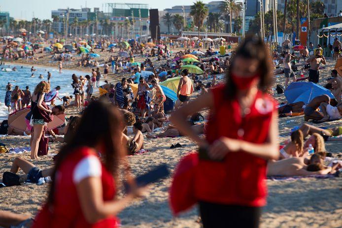 Des membres de la Croix-Rouge espagnole sur la plage de Barceloneta (Barcelone)