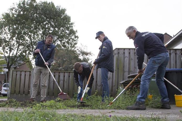 Hans van Nes, Mathijs Legtenberg, Michael Kuiters en Johan Heuten (van linksaf) hebben gisteren de eerste tuin onkruidvrij gemaakt in Groot Lochter.