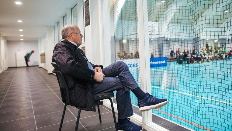 Oud-profvoetballer Rinus Israel op zijn vaste plek achter het doel in sporthal Elzenhagen Beeld Marc Driessen