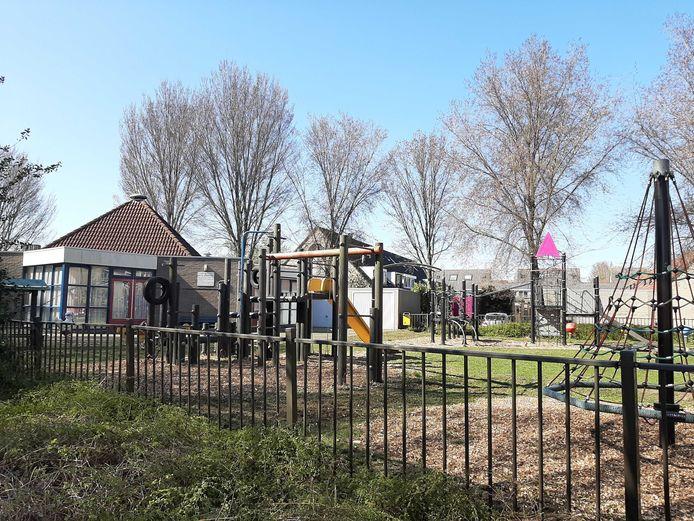 Het toestel met de autoband in de speeltuin van buurt- en speeltuinvereniging West is niet meer toegankelijk.
