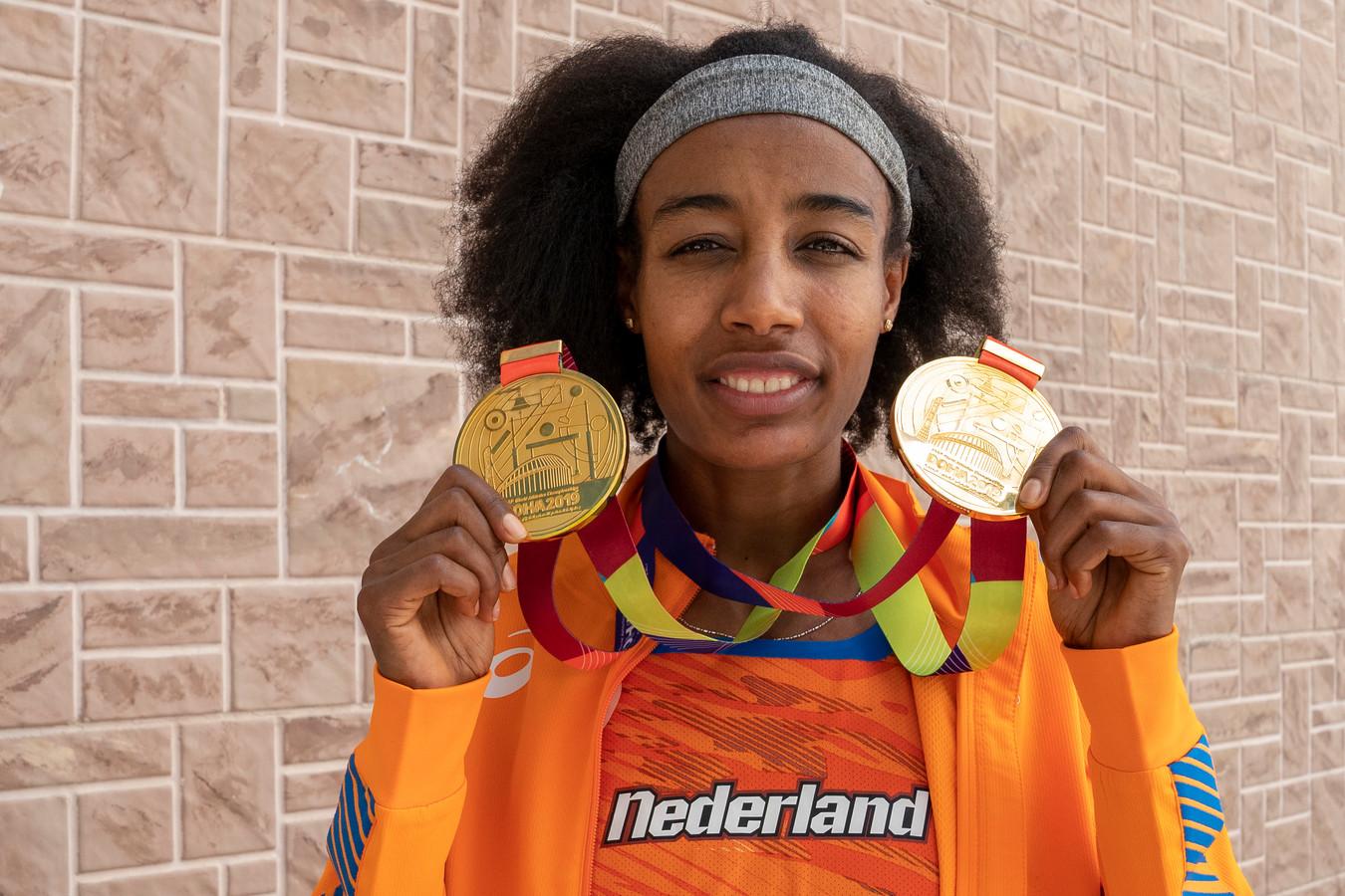 Sifan Hassan toont haar twee gouden medailles