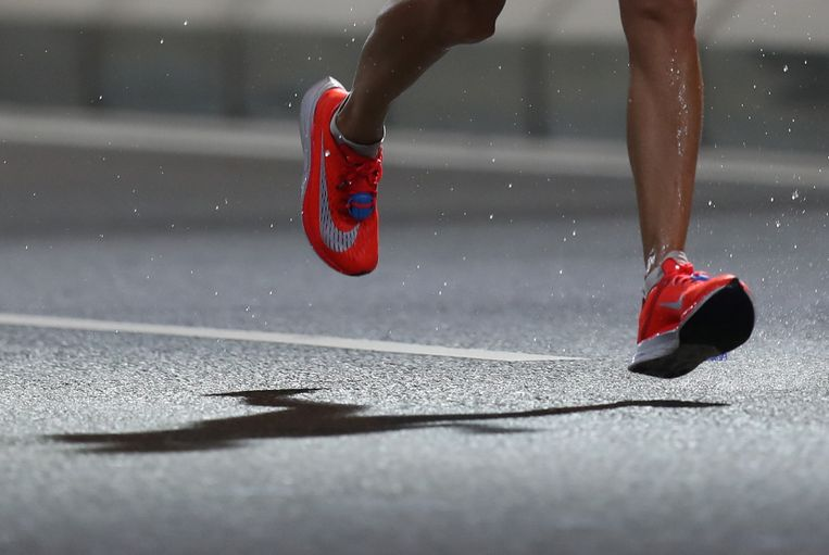 Een hardloper rent de marathon in Doha op Vaporfly schoenen.   Beeld REUTERS