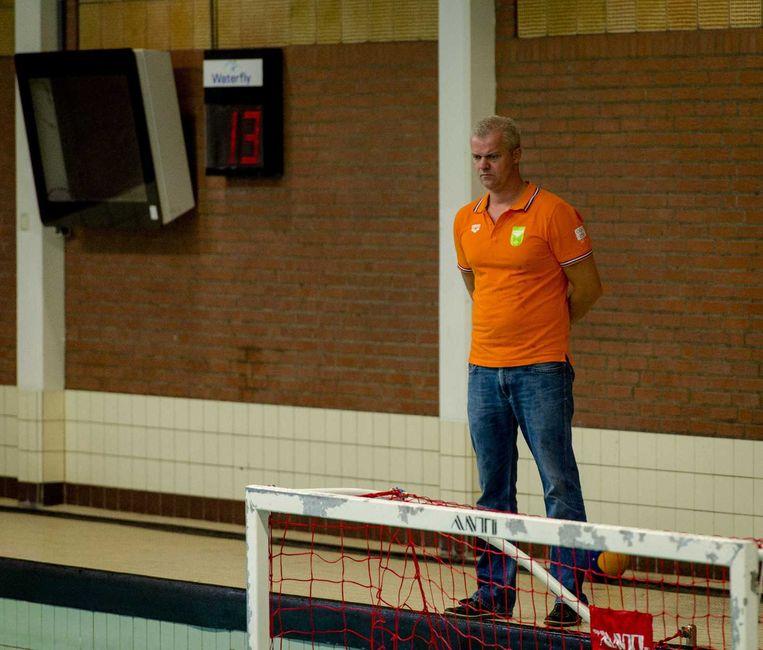 Coach Robin van Galen tijdens de training van de waterpoloheren Beeld anp