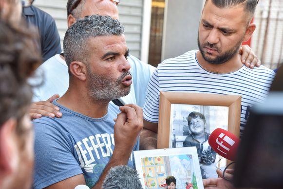 Tahar Mejri met foto's van zijn zoon.
