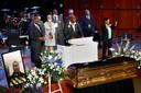 Familie rond de kist van George Floyd tijdens de herdenkingsdienst donderdag in Minneapolis. In het midden broer Philonise, die een liefdevolle toespraak hield over George.