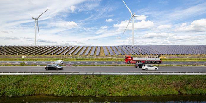 Het zonne- en windpark van Avri langs de A15.