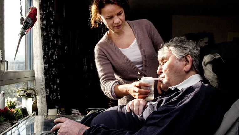De thuiszorgmedewerker moet vaak zelf de cliënt vertellen dat hij of zij minder zorg krijgt. Beeld anp