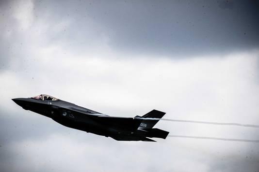 Het nieuwste jachtvliegtuig van de luchtmacht, de F-35, was al twee keer eerder tijdelijk in Nederland op bezoek, maar vanaf vandaag blijven ze. Eerst op vliegbasis Leeuwarden, later op vliegbasis Volkel.