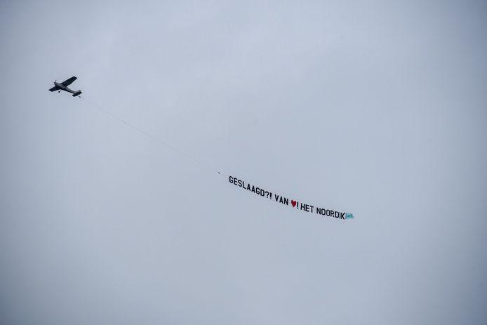 Een vliegtuigje van Het Noordik boven Twenterand, als boodschap voor de vandaag officieel geslaagde leerlingen.