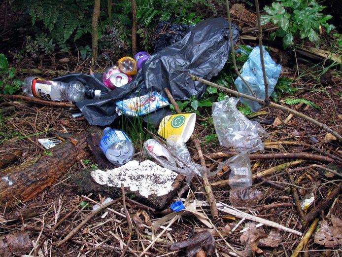 Zwerfafval van blikjes, plastic flessen en kartonnen bekers (foto heeft geen betrekking op opruimactie van GroenLinks Moerdijk).