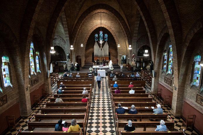 38 mensen waren zaterdagavond getuige van de laatste dienst in de Remigiuskerk van Leuth. Vanwege corona was de helft van de kerkbanken afgezet met rood-wit lint.