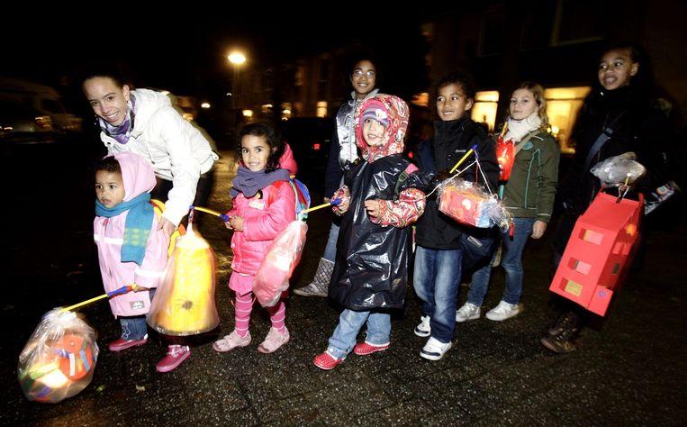 Kinderen in Hoogezand met hun lampionnetjes. Beeld ANP