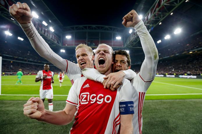 Donny van de Beek, Davy Klaassen en Amin Younes na een doelpunt tegen Schalke.