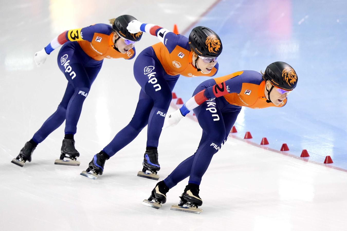Ireen Wüst, Melissa Wijfje en Letitia de Jong tijdens de rit op de ploegenachtervolging op de WK afstanden.