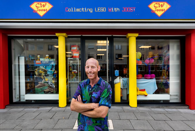 Joost Vermaas voor zijn Lego-winkel CW Joost.