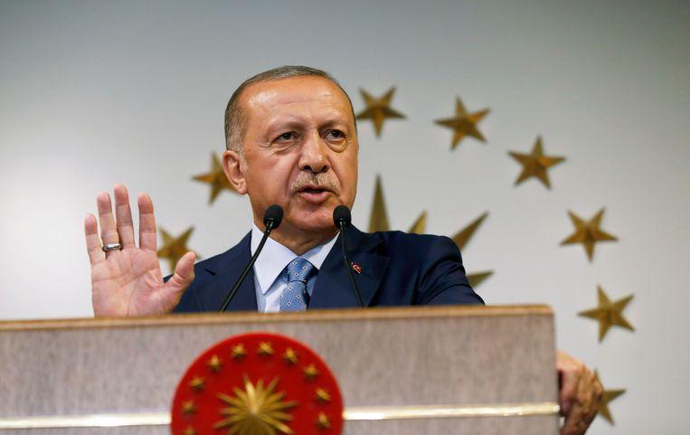 De Turkse president Erdogan houdt een toespraak op de nationale televisie nadat hij is uitgeroepen tot winnaar van de verkiezingen. Erdogan heeft een nieuw presidentieel stelsel geïntroduceerd dat het parlement naar de achtergrond zal verdrijven.